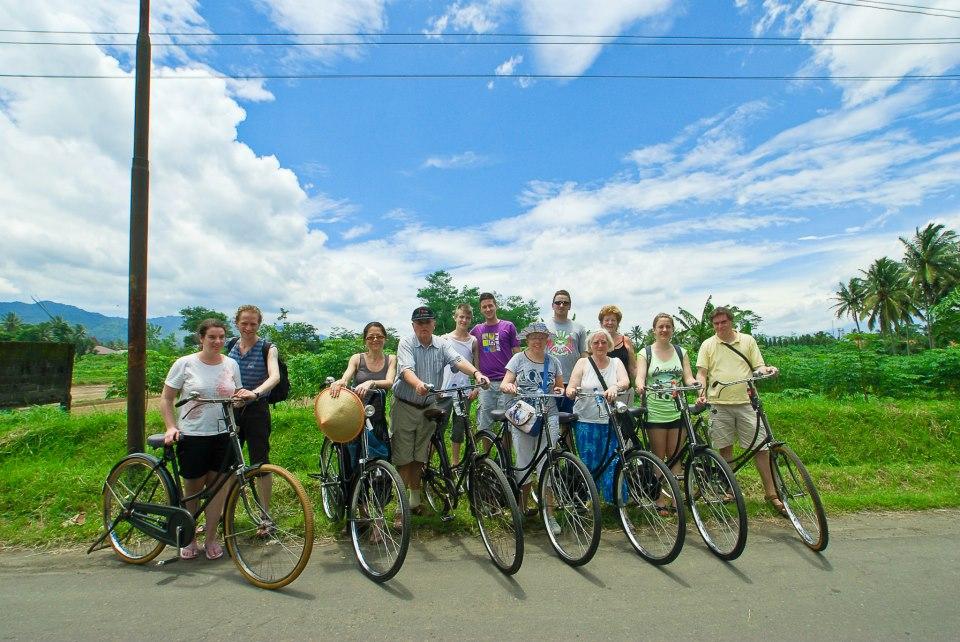 http://javabalitranswisata.com/wp-content/uploads/2013/02/bersepeda-dengan-sepeda-jawa-di-borobudur.jpg