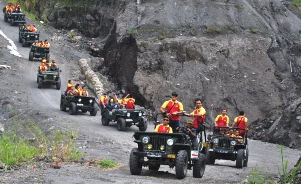 Merapi Lava Tour dan Offroad Dengan Jeep menikmati sisa erupsi lahar dingin Merapi dengan Rute yang menarik dintaranya kaliurang, Kali Adem, Kali Kuning, Telaga Putri, Rumah Mbah Maridjan, Kepuhharjo (600 x 368)