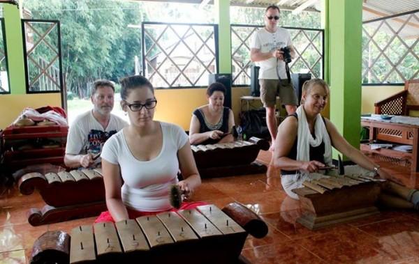 wisatawan belajar gamelan jawa