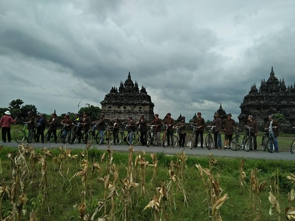 Gathering di candi Prambanan dengan Wisata Pedesaan Sepeda Onthel