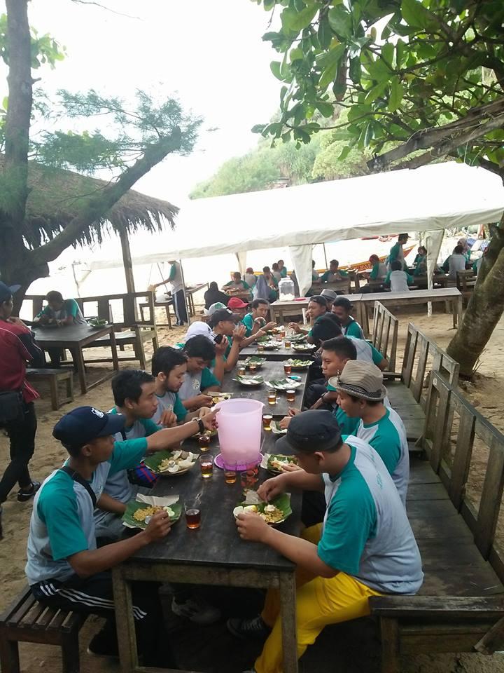 makan siang di tepi pantai ngandong sehabis outbound