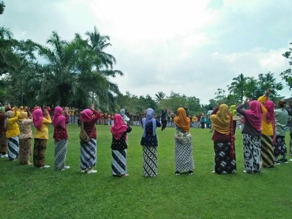 gathering seru dengan pakaian adat tradisional
